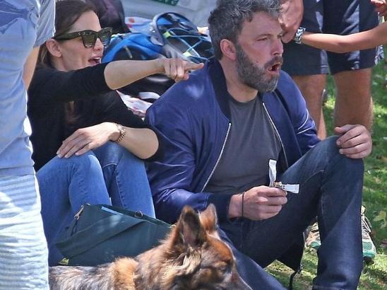 本·阿弗莱克和前妻看儿子棒球比赛 加油喝彩复合指数UP