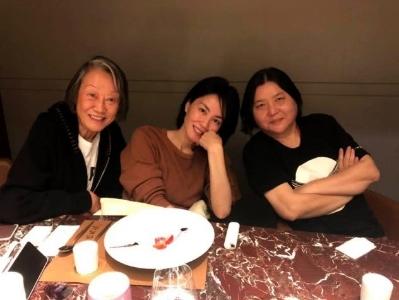 王菲与好友聚餐开心热聊,坐姿豪迈随性