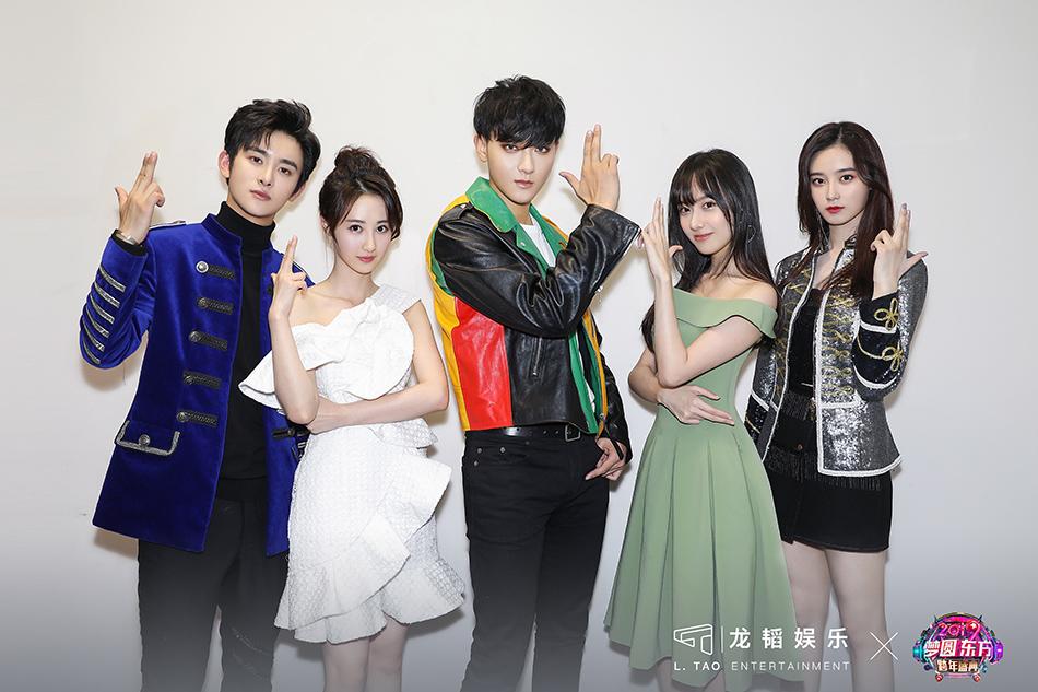 """龙韬娱乐艺人齐聚""""东方卫视跨年盛典"""" 表现亮"""