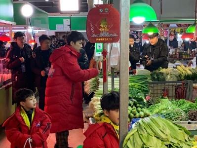 偶遇易烊千玺带小朋友市场买菜 侧颜帅气红外套喜庆