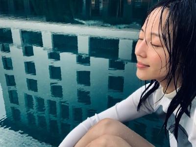 张钧甯游泳不忘自拍 素面朝天元气满满超美丽