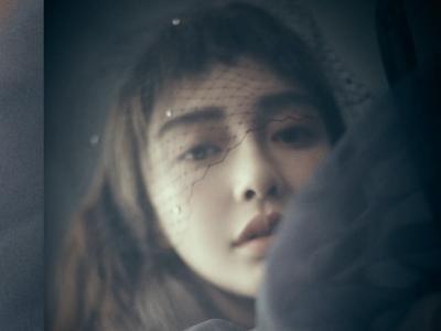 Angelababy光影氤氲间素净清冷 最新时尚大片尝试雀斑妆
