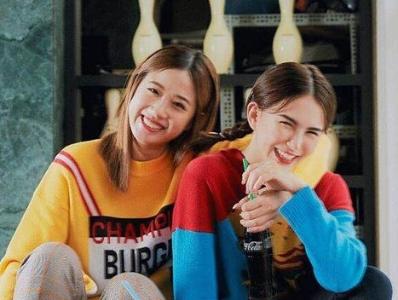 """昆凌与好姐妹合影太开心 笑容甜美自然弯成""""月牙眼"""""""