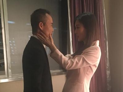 """田朴珺忙上忙下为王石整理衣服 甜蜜上演""""捧脸杀"""""""