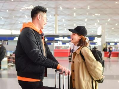 张嘉倪与买超现身机场