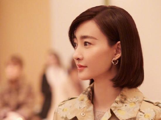 王丽坤亮相巴黎高定时装周 印花风衣上身完美诠释人淡如菊