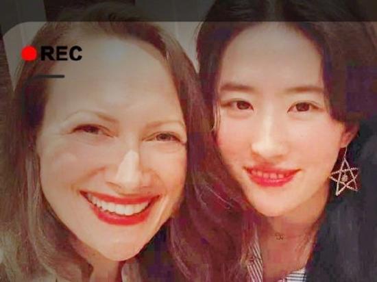 刘亦菲分享美照浅笑明艳动人 变晒照狂魔粉丝笑言像过年了