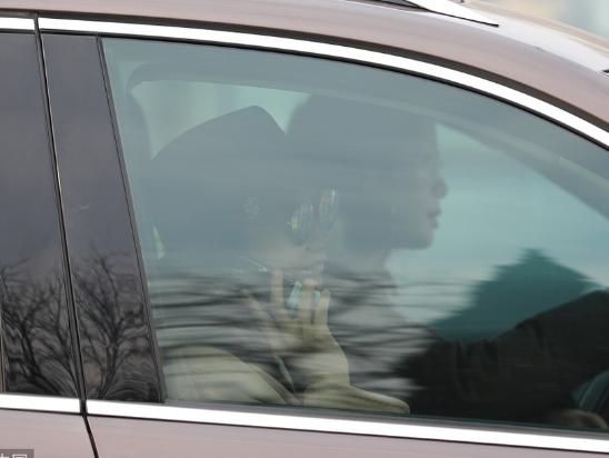 闫妮现身央视春晚联排 墨镜遮面车内打电话变大忙人