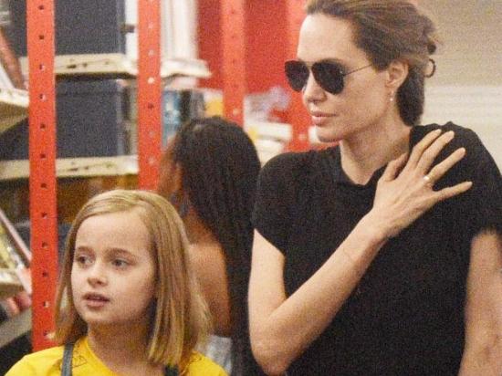 朱莉带仨娃逛商店 龙凤胎长高继承爹妈美貌基因