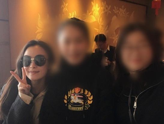 网友机场偶遇素颜倪妮 与粉丝大方合照签名被赞超和善