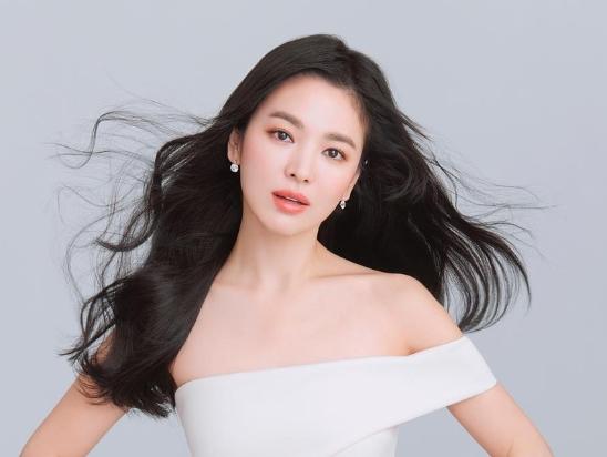 宋慧乔长发写真气质优雅迷人 露香肩秀美颈美肌