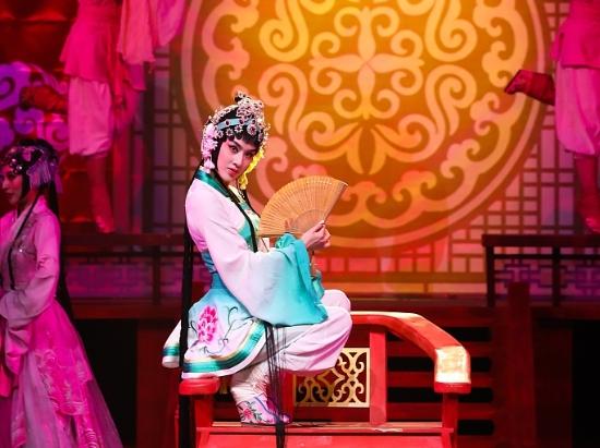 黄圣依京剧扮相惊艳湖南卫视华人春晚 踩跷一字马展绝活