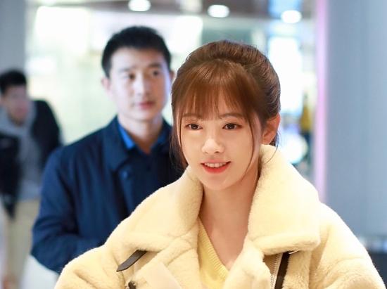 鞠婧祎机场买奶茶宛如偶像剧 扎马尾露浅笑颜值高