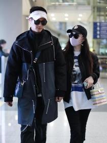 撇儿子过二人世界? 杜江霍思燕带超多行李度假风亮相机场
