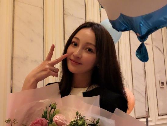 姚笛庆37岁生日收大捧鲜花 去年被求婚成功手上戒指是婚戒?