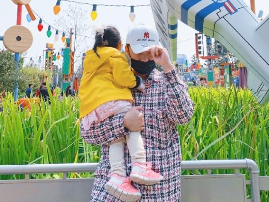 陈赫张子萱一家游迪士尼 抱着女儿园内留影幸福甜蜜