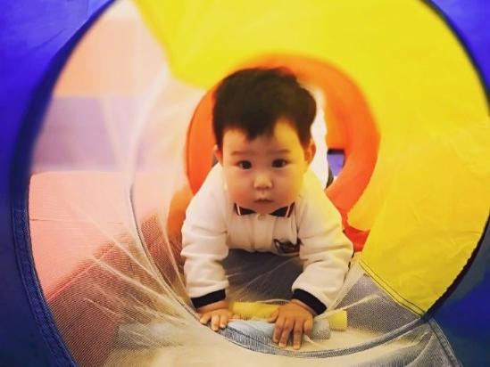 嚴屹寬頻寶寶運動鍛鍊身體 肉肉胖嘟嘟眼神呆萌超可愛