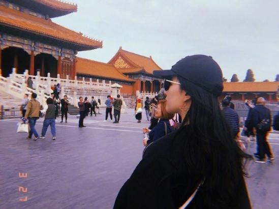 刘亦菲变最美游客逛故宫 一身黑衣穿梭于红墙绿瓦间