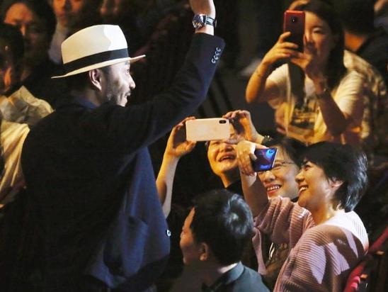 汪涵45岁生日现身谭盾音乐会 和观众打招呼杨乐乐在旁拍照