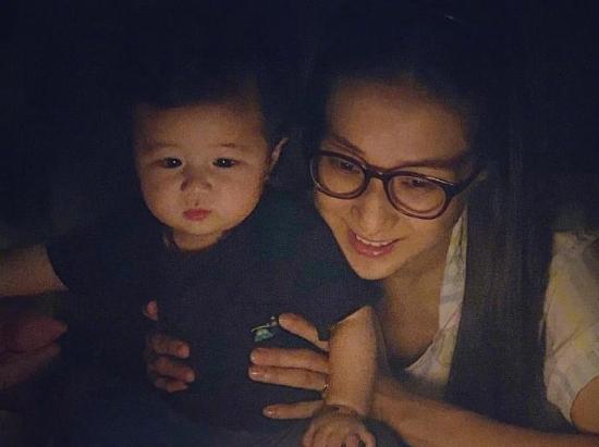 钟嘉欣晒宝宝萌照为自己庆生 儿子眯眼甜笑可爱值爆表