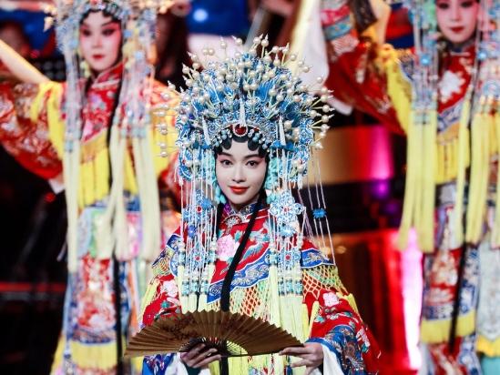 吴谨言北影节现场表演京剧 戏曲造型惊艳首秀