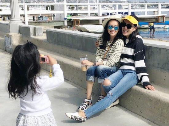 章子怡苏芒游美国搂肩合影 醒醒变小摄影师拍照记录