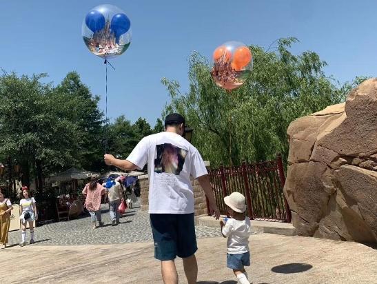陈赫牵着女儿安安一人拿个气球很有爱