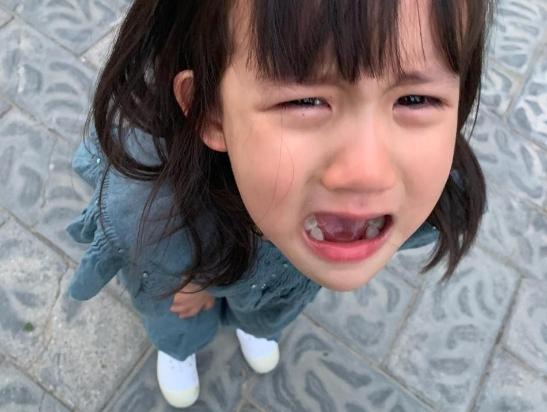 多妹哭着配合黄磊拍照大眼水汪汪