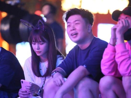 杜海涛沈梦辰合体现身音乐节