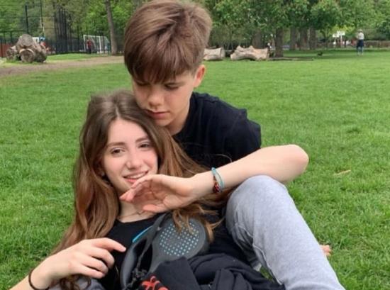 貝克漢姆14歲小兒子疑似戀愛 與女生親密合照曝光