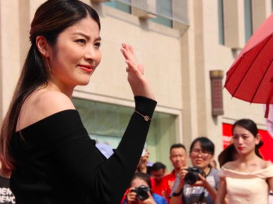 46岁陈慧琳高温天出席活动 皮肤晒红一声不吭敬业又亲民