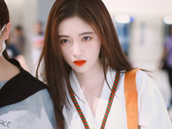鞠婧祎穿白色短裙现身机场 皮肤白皙发丝飞舞低头大步疾走