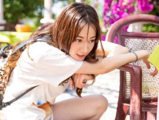 """迪丽热巴白T搭牛仔短裤造型曝光 大秀美腿变""""花间女孩"""""""