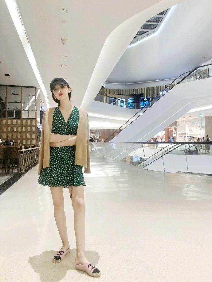 组图:娜扎V领裙秀长腿身材比例超绝 肤白貌美甜过手中冰淇淋