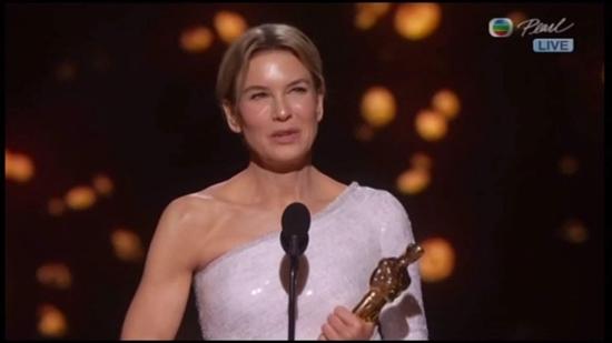 齐薇格战胜斯嘉丽拿最佳女主角 奥斯卡台上恢复高颜值